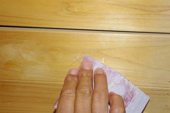 ひのきを紙やすりで磨く